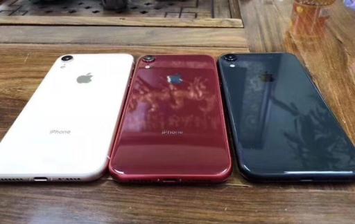 Dummy's van iPhone 9 in drie kleuren.