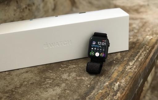 Apple Watch Series 4 met de doos.