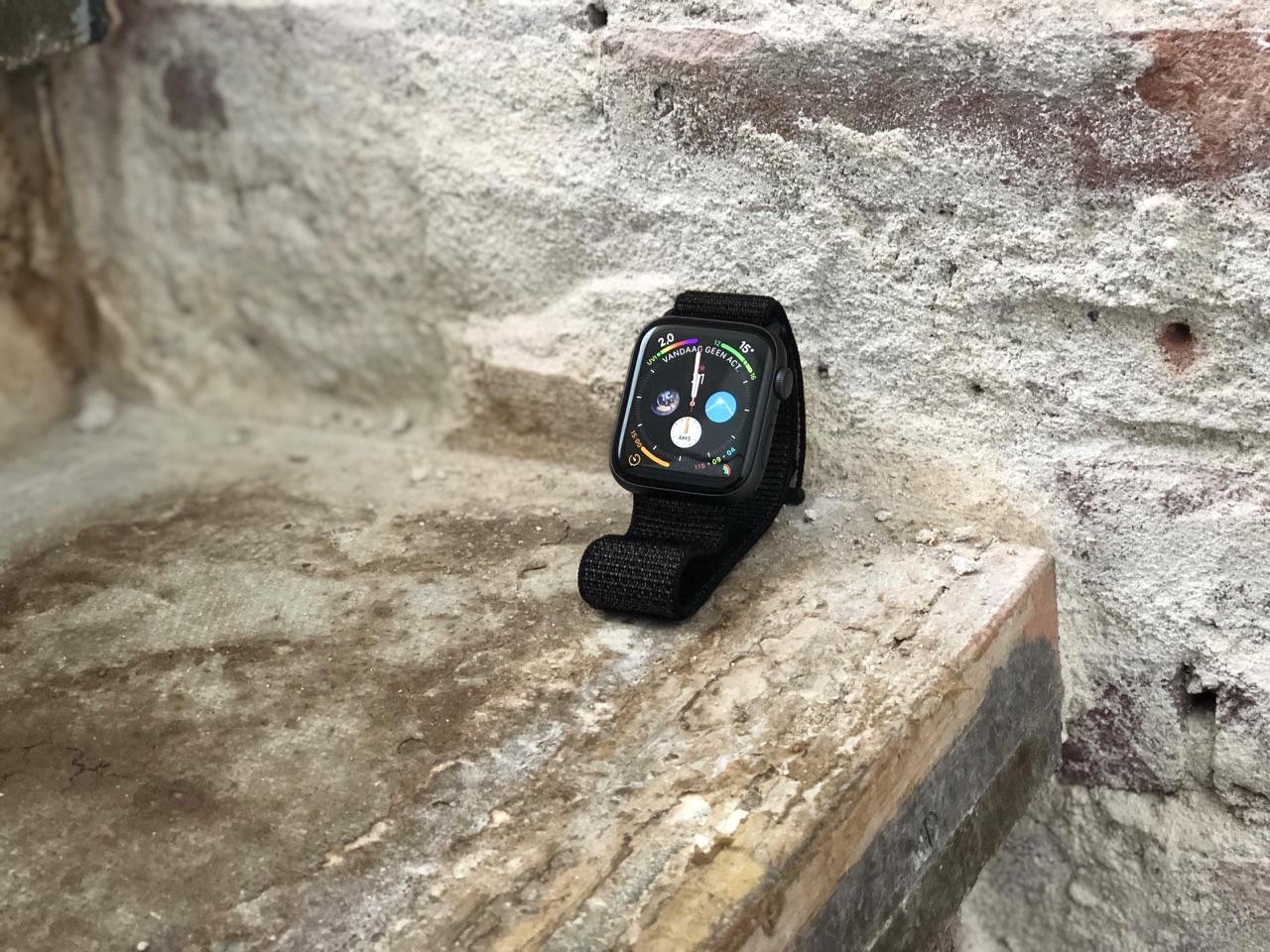 Apple Watch Series 4 rechtop tegen muur.