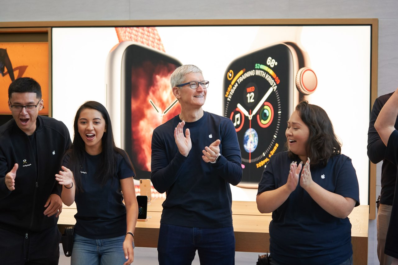 Tim Cook bij Apple Watch launch 2018 in Apple Store