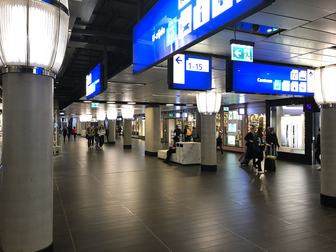 Stationshal, foto gemaakt met iPhone 8 Plus