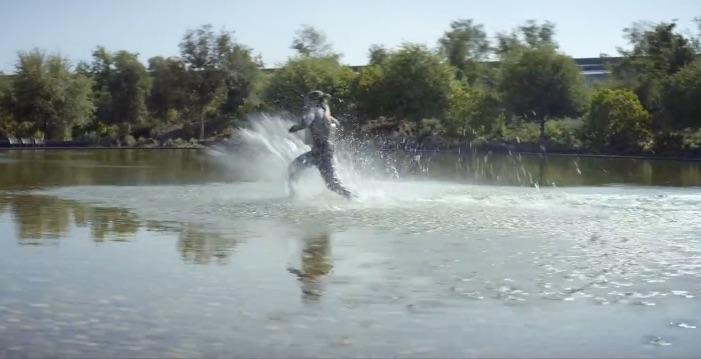 Meisje met AirPods door water in event-video.