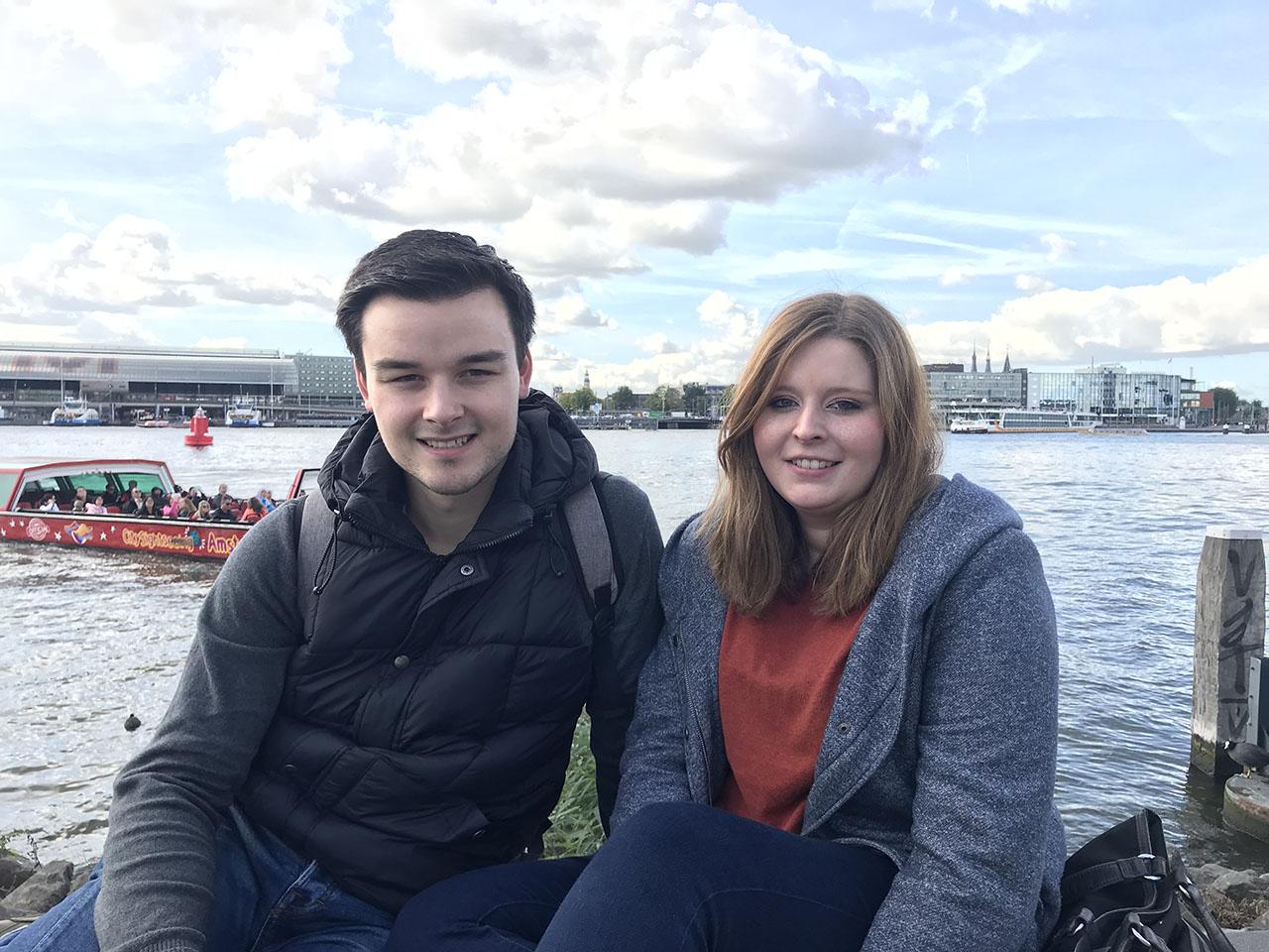 Twee mensen aan het IJ, foto gemaakt met iPhone 7