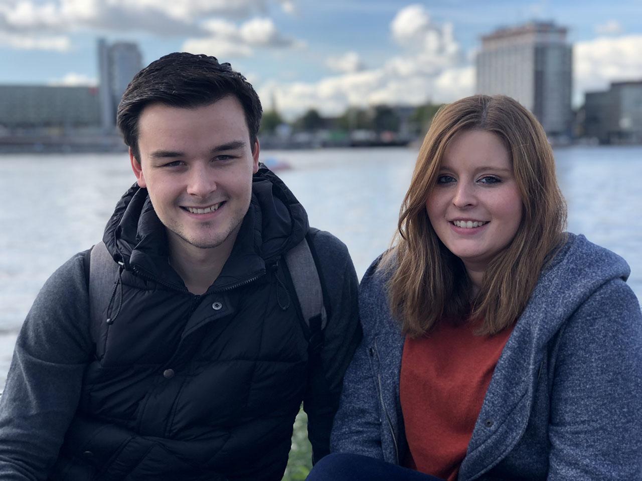 Twee mensen aan het IJ, foto gemaakt met iPhone 8 Plus