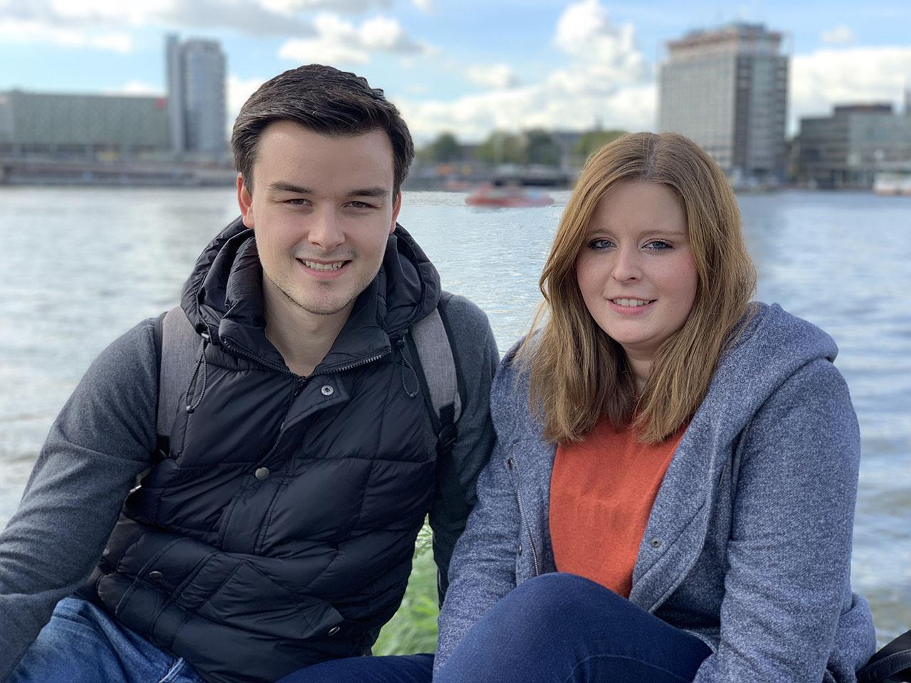 Twee mensen aan het IJ, foto gemaakt met iPhone XS Max