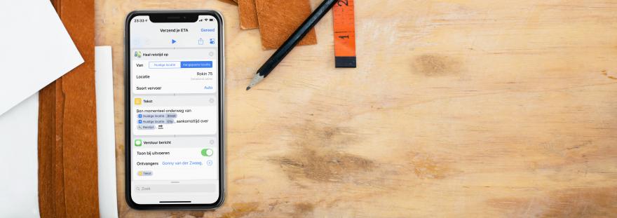 iPhone op bureau met ETA Siri Shortcut als screenshot.