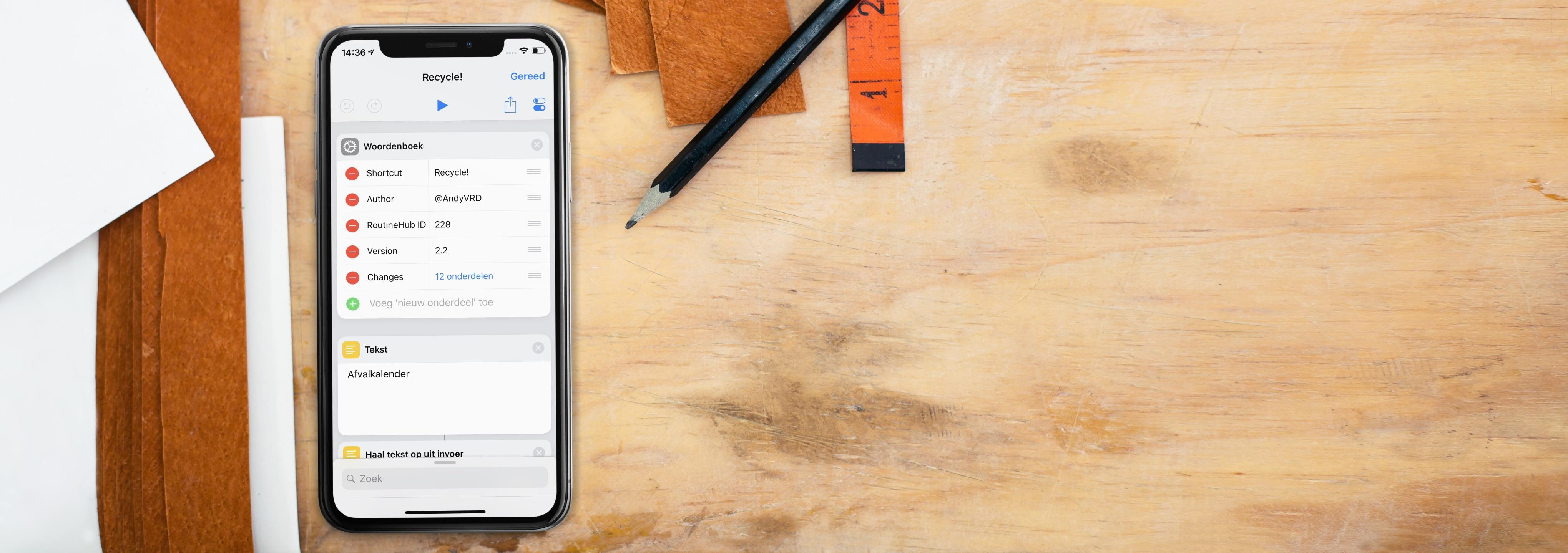iPhone op bureau met Recycle Siri Shortcut als screenshot.