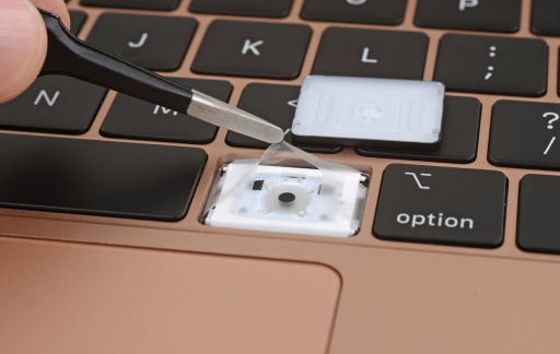 Toetsenbord in MacBook Air 2018 teardown van iFixit.