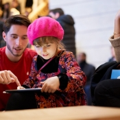Apple Champs Elysees kind met iPad