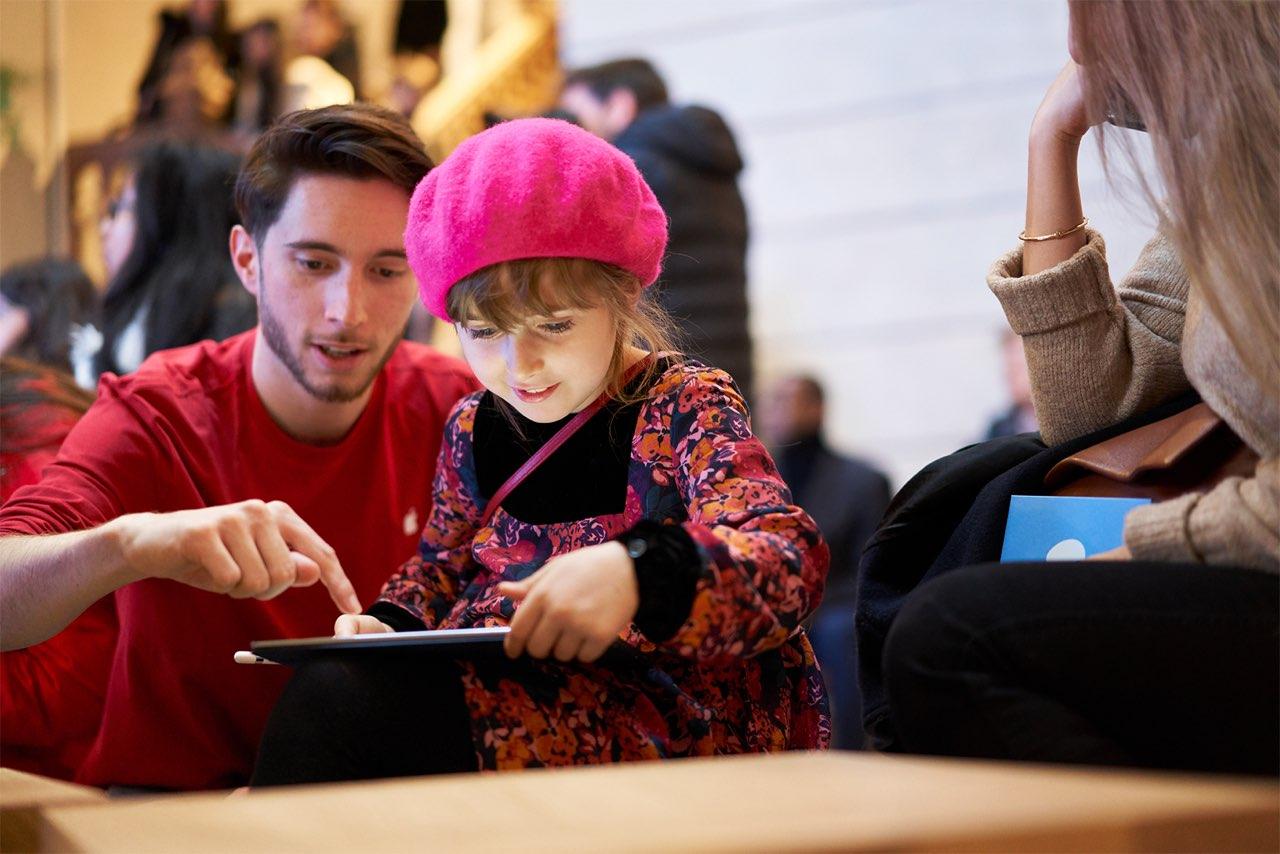 Apple Champs Elysees kind met iPad