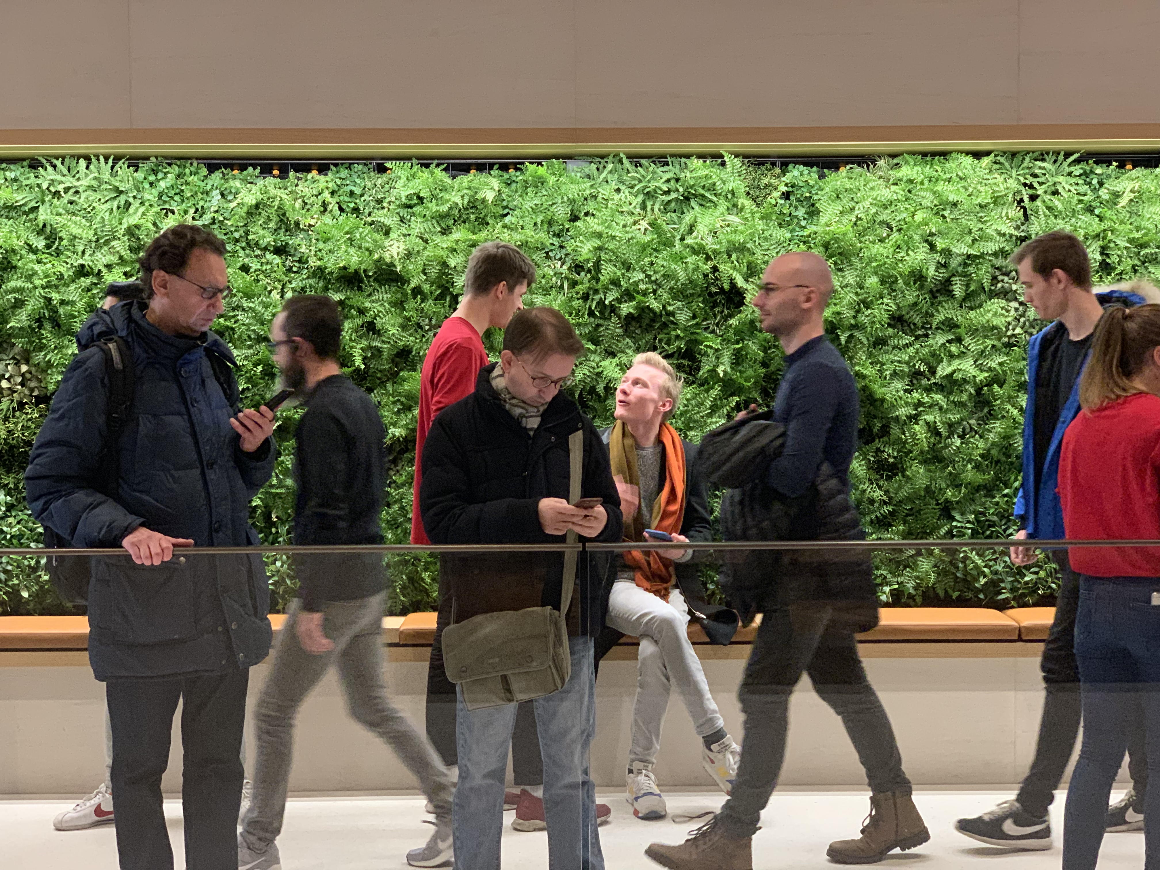 Apple Store Champs-Élysées met groene wand