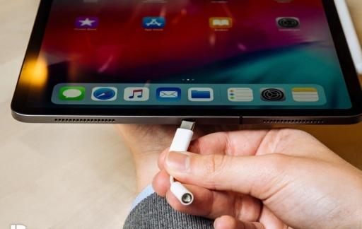 iPad Pro 2018 review met USB-C en koptelefoonadapter.