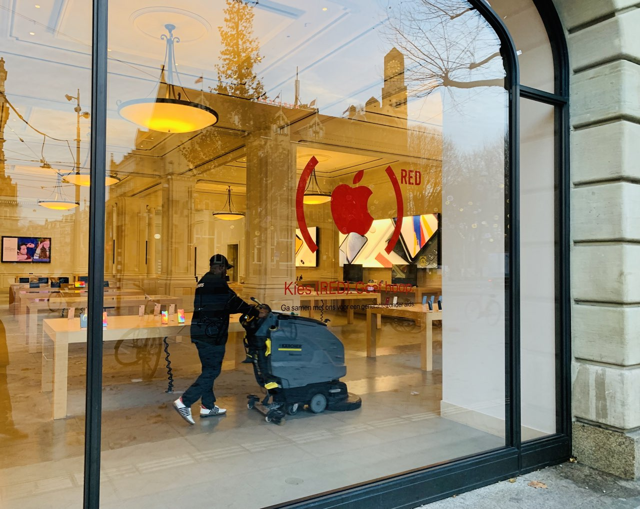 Apple Store Amsterdam World AIDS Day rood logo op raam