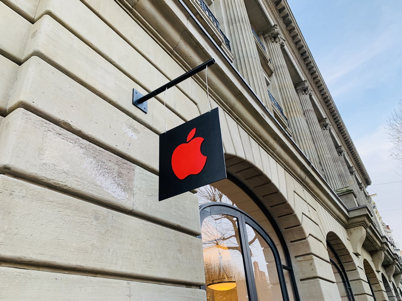 Apple Store Amsterdam World AIDS Day rood logo