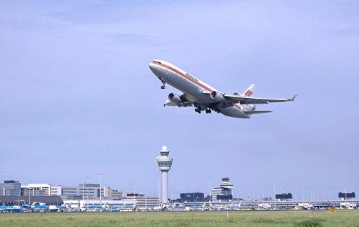 Schiphol met een opstijgend vliegtuig.