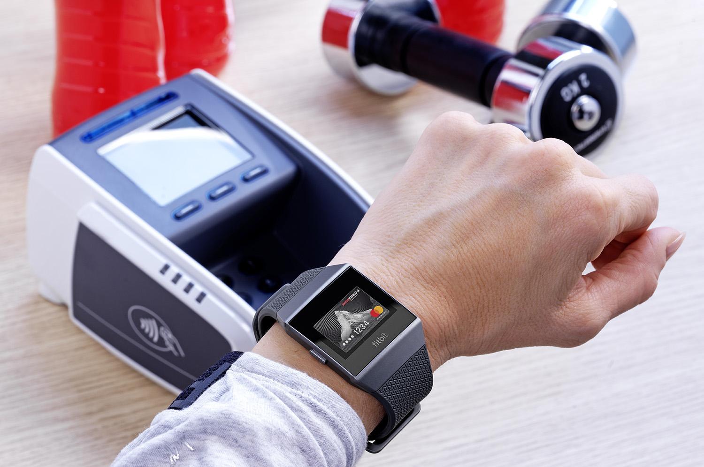 Fitbit Pay met betaalterminal.