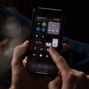 Concept van iOS 13 met donker Bedieningspaneel.