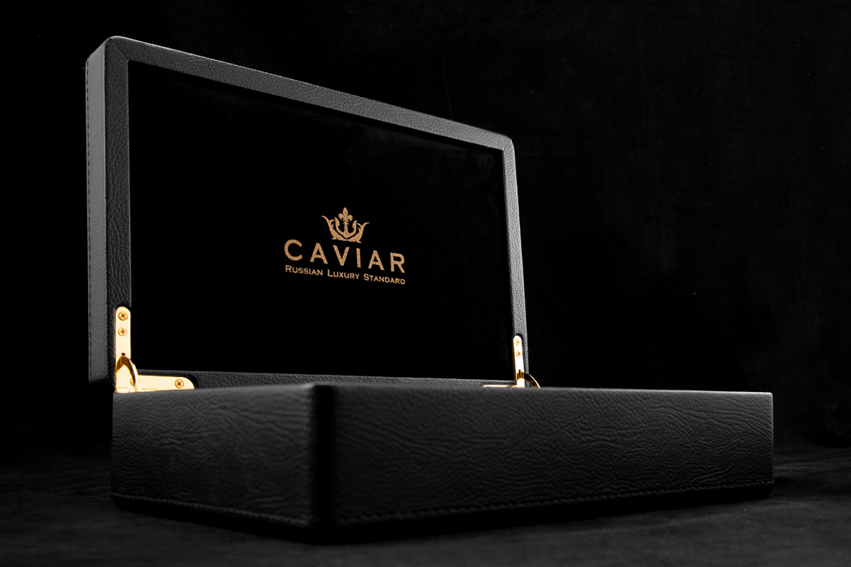 Caviar doos met vergulde iPhone.