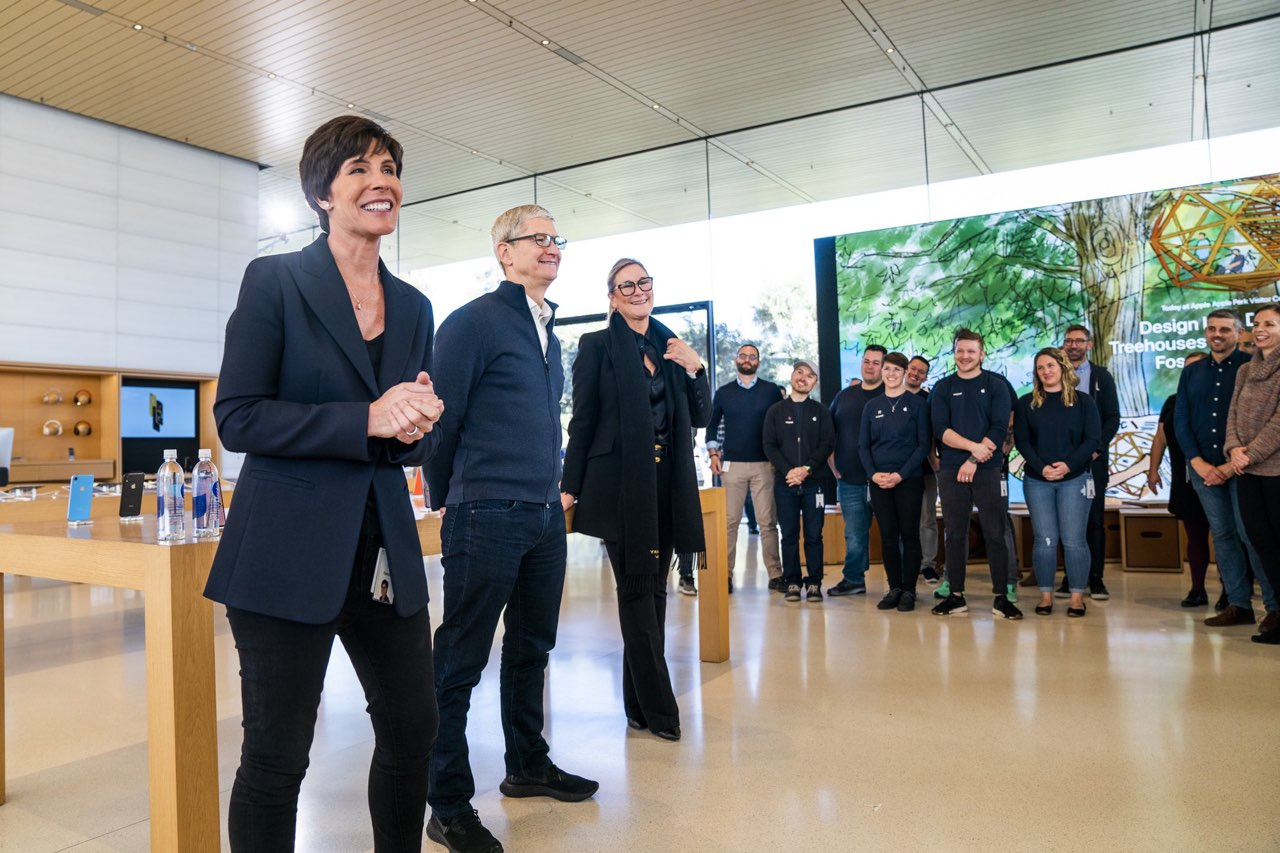Deirdre O'Brien, Tim Cook en Angela Ahrendts