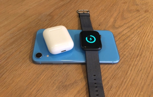 Apple Watch en AirPods draadloos opladen via iPhone.