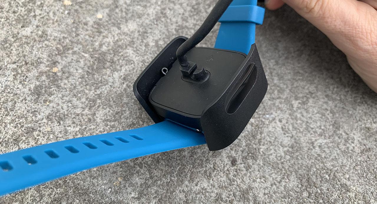 Fitbit Versa Lite review: de oplader