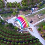 Apple dronevideo regenboog-podium