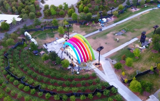 Apple dronevideo regenboog-podium