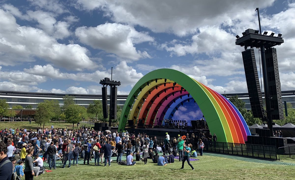 Apple Park regenboog-optreden