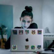 Meisje achter toetenbord