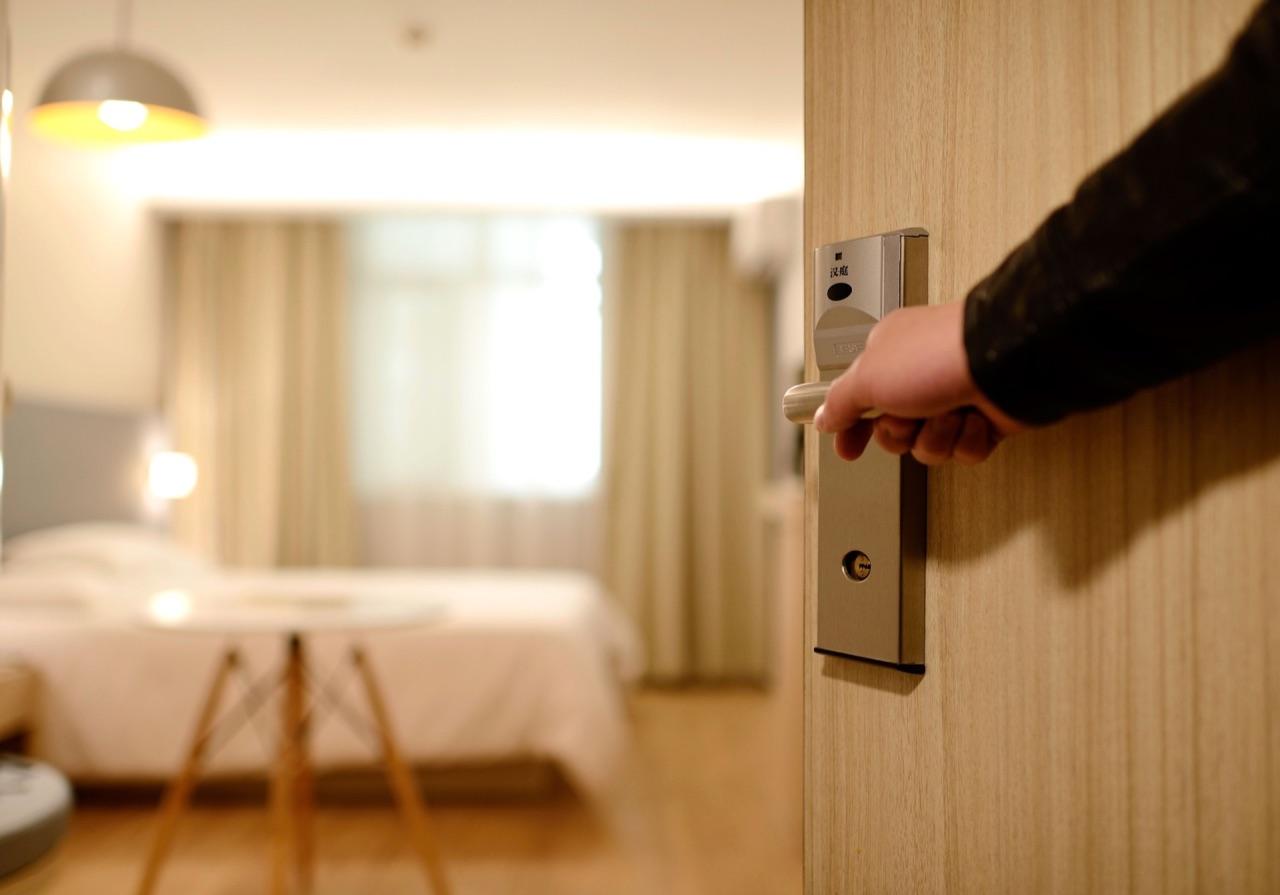 Hotelkamer deur.