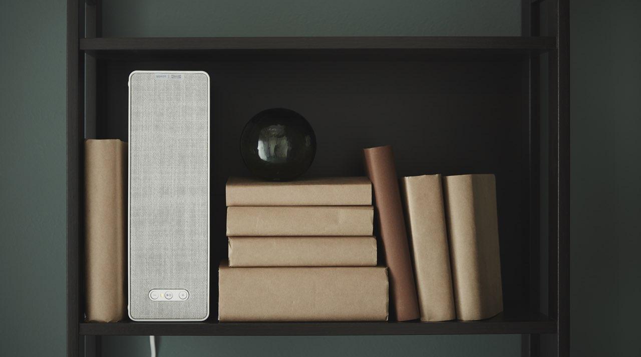 IKEA Symfonisk review op boekenplank