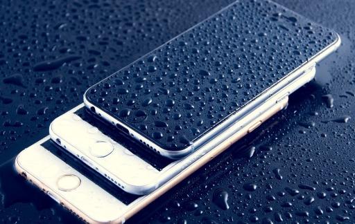 iPhone met water op scherm