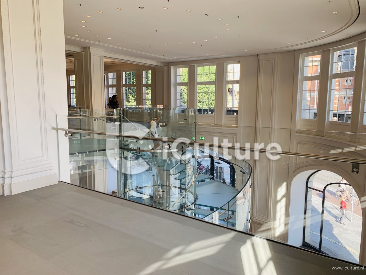 Apple Amsterdam: glazen trap