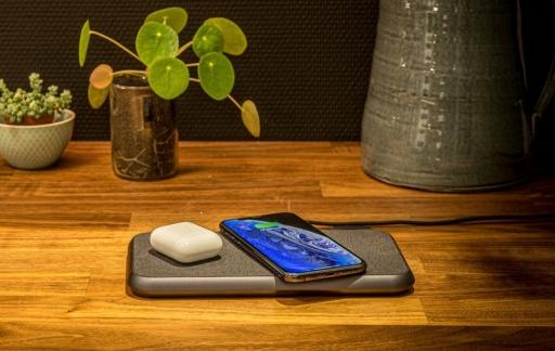 Zens Liberty met AirPods en iPhone.