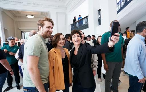 Apple Store met Deirdre O'Brien