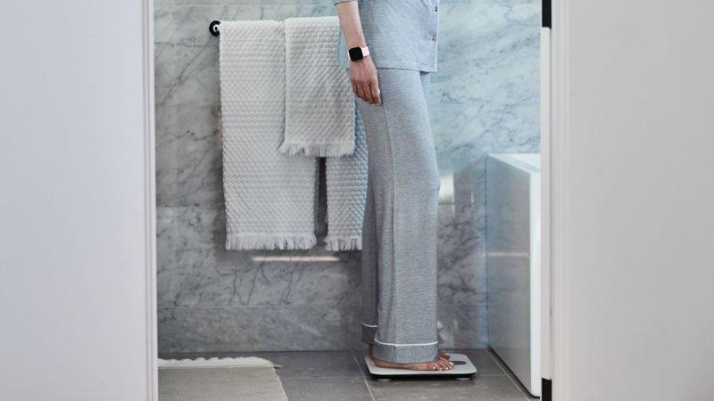 Fitbit Aria Air vrouw in badkamer