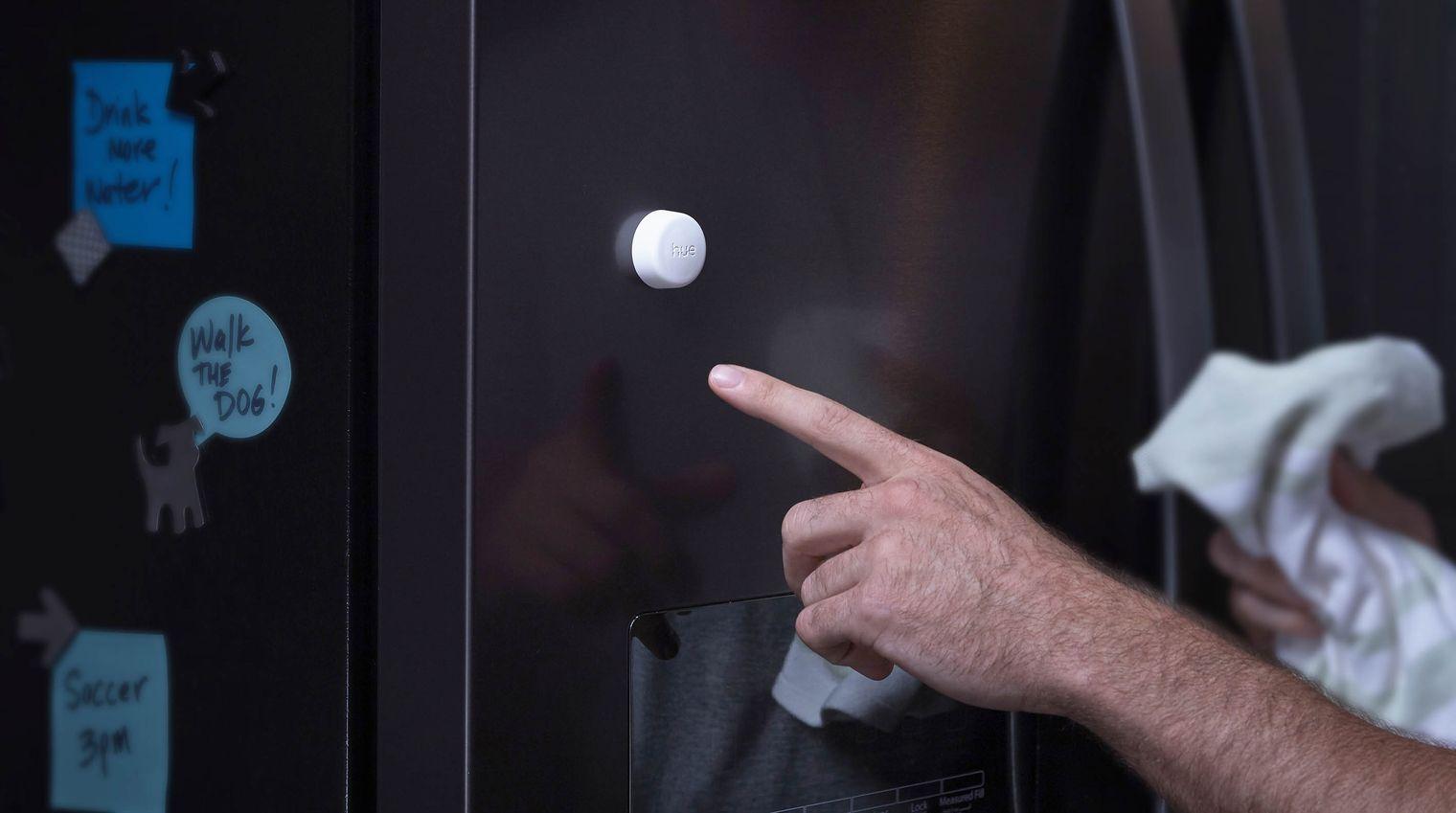 Philips Hue Smart Button aan koelkast bevestigen.