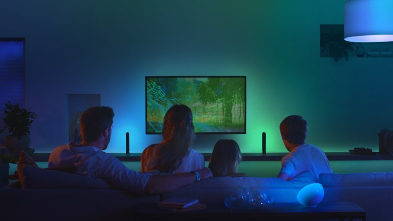 Philips Hue Play HDMI Sync Box gezin in woonkamer