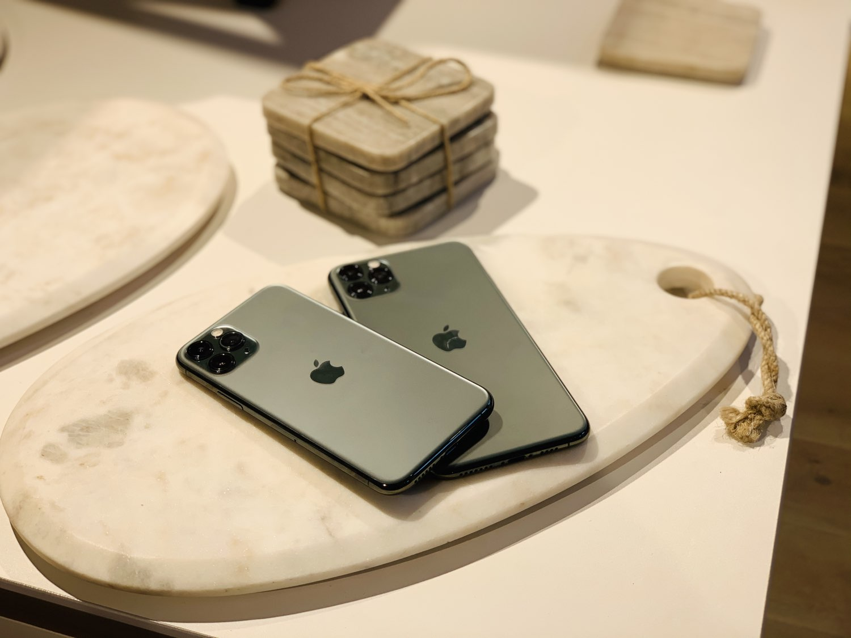 iPhone 11 Pro review: de iPhones bij warm licht in een badkamer