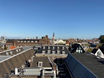 Stad fotograferen vanaf een dak met groothoeklens van iPhone 11.