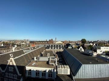 Stad fotograferen vanaf een dak met ultragroothoeklens van iPhone 11.