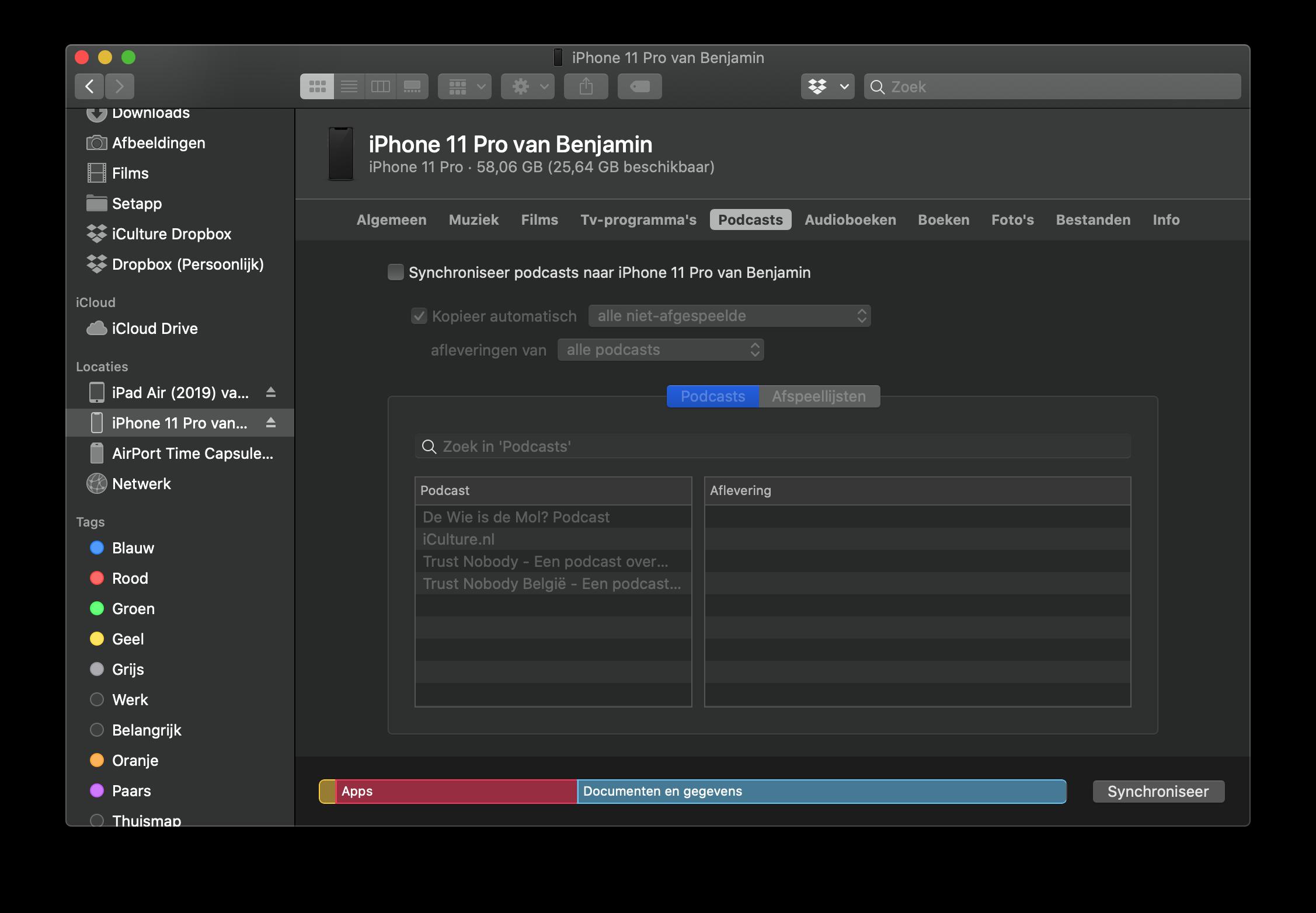 Podcasts synchroniseren met iPhone en Mac.