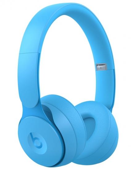 Beats Solo Pro met H1 in lichtblauw.