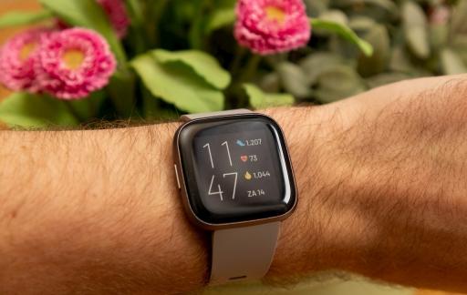 Fitbit Versa 2 om pols beginscherm