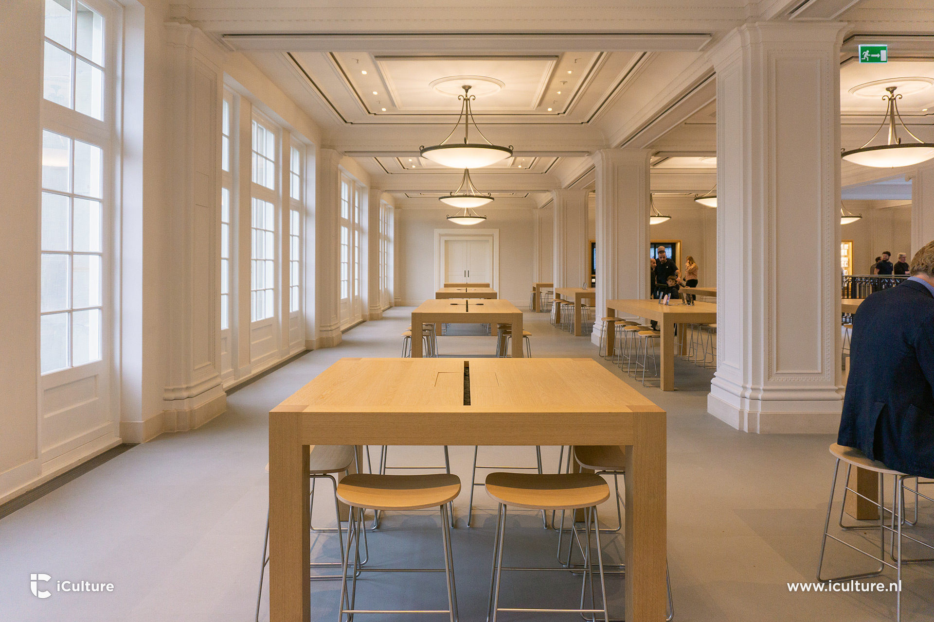 Vernieuwde tafels in de Apple Store Amsterdam, nu zonder kabels.