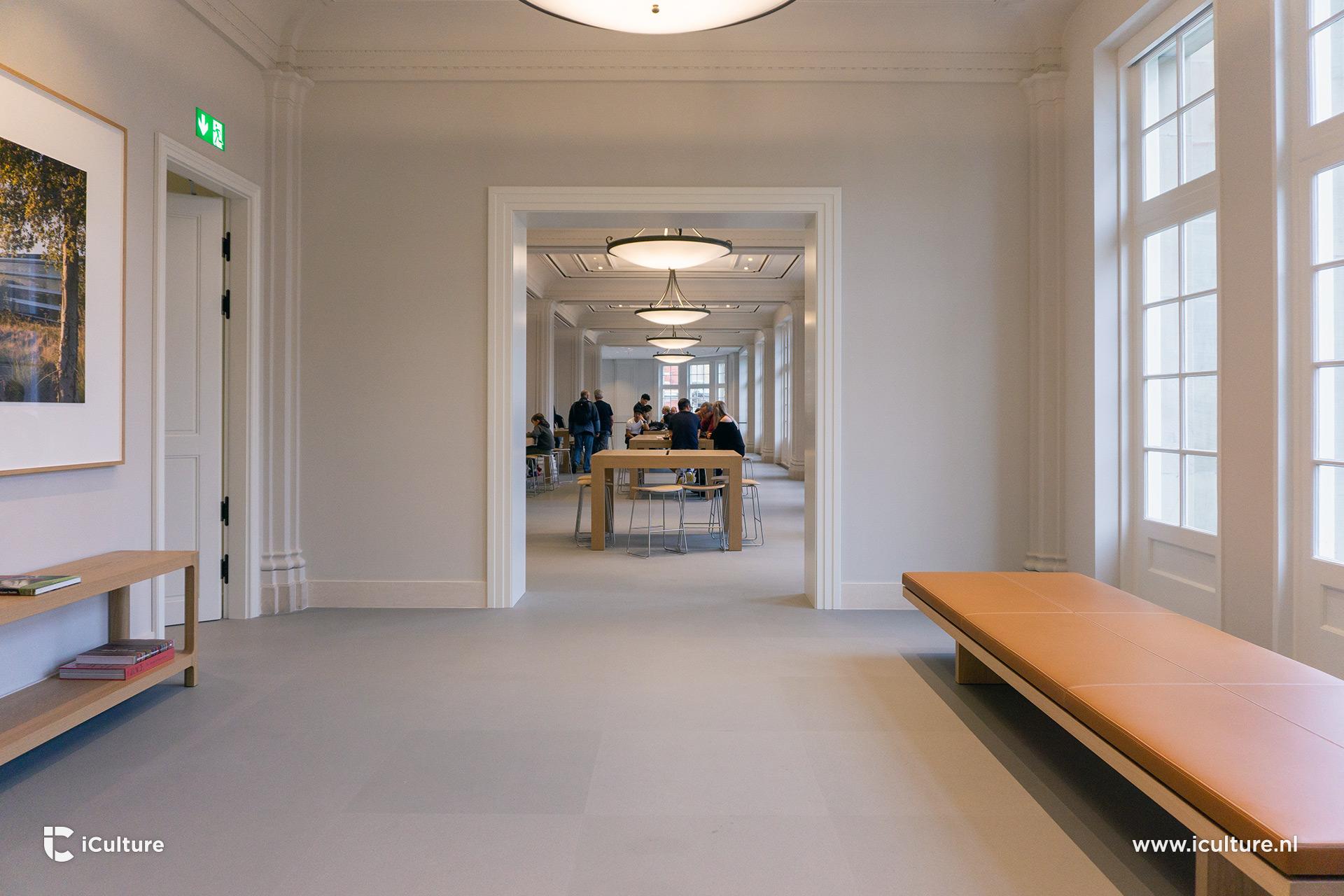 Uitzicht met tafels en banken in de Apple Store Amsterdam.