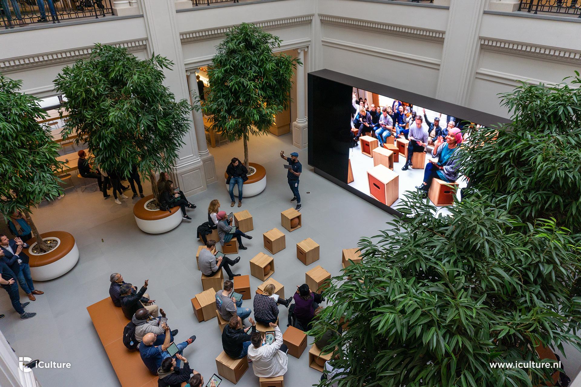 Videowall in het Forum in Apple Store Amsterdam.