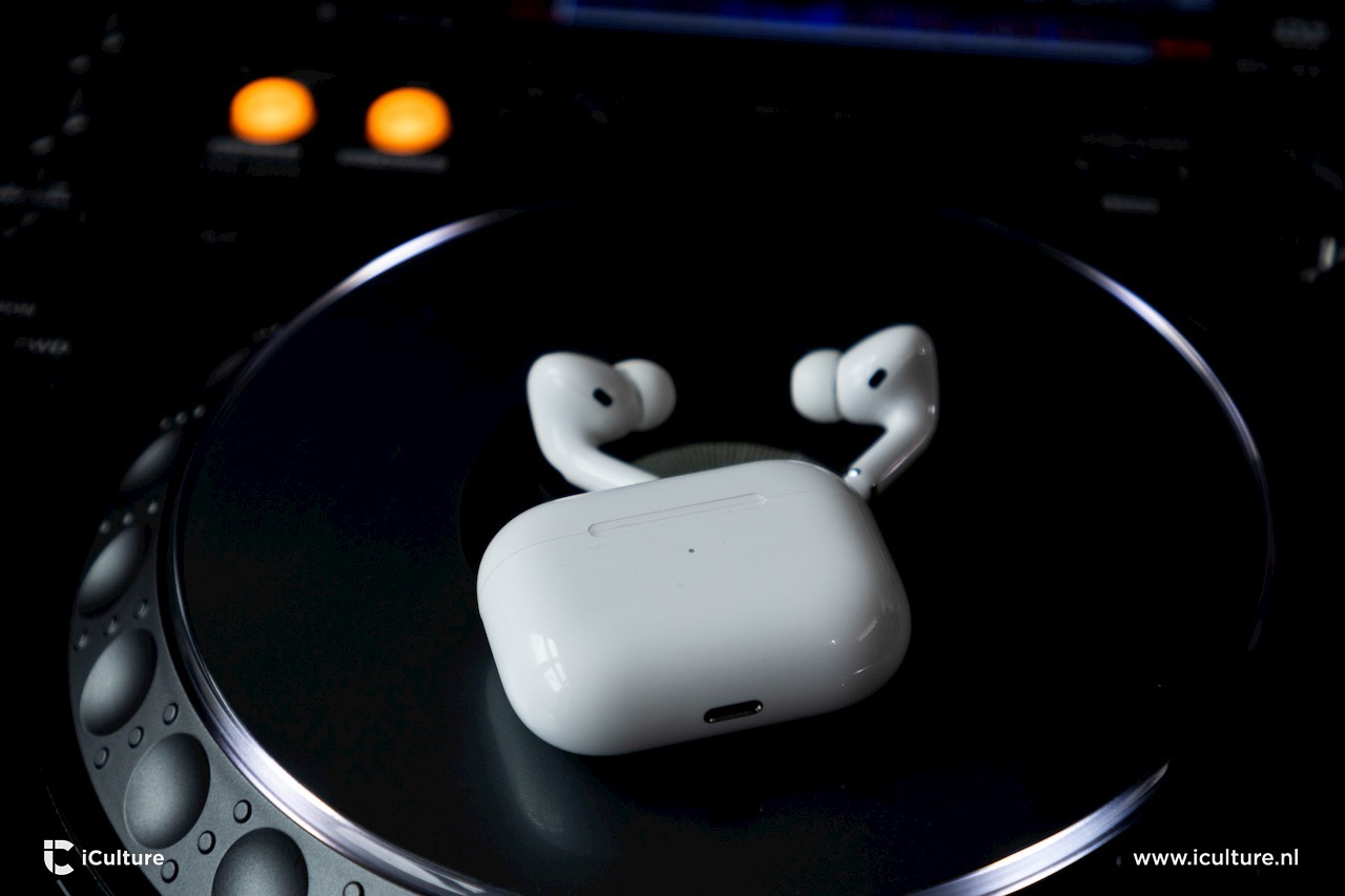 AirPods Pro naast opbergcase