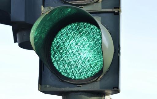 Stoplicht of verkeerslicht op groen.