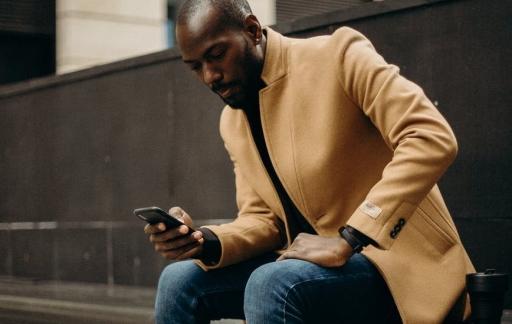 iPhone-gebruiker kijkt op scherm